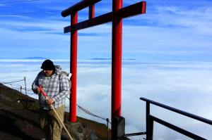 Tim Terstege climbs Fuji for Liefe.
